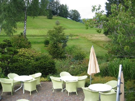 Hotel Engel Obertal: Une partie de la terrasse, l'autre étant en hauteur et plus abritée