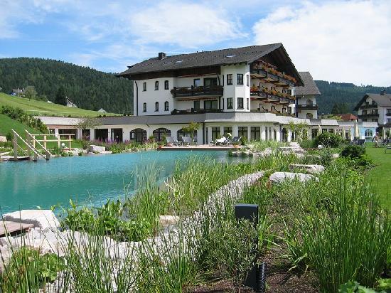 Hotel Engel Obertal : Vue de l'étang de baignade et de l'hôtel depuis le grand jardin