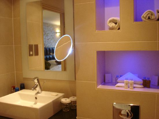 Washington Mayfair Hotel: The Bathroom