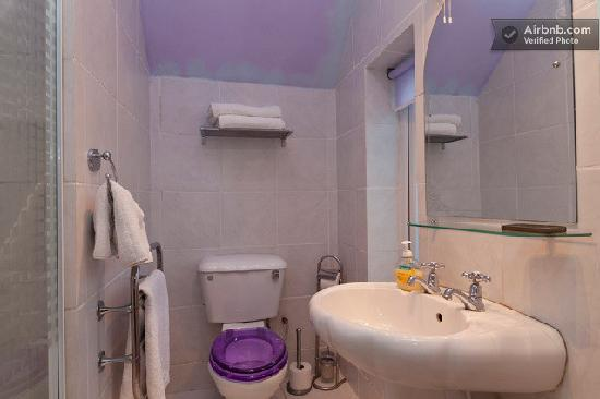 Bed and Breakfast Maidstone: lilac bathroom