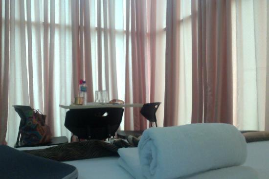 Green Windows Dormitel: Room for 6 Corner View