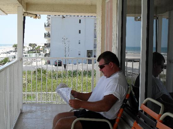 Royal Holiday Beach Motel: Ted in front of our room reading the dog stats