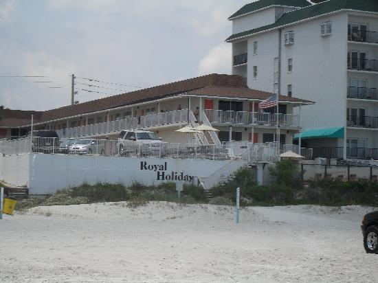 Royal Holiday Beach Motel: Our motel from the beach