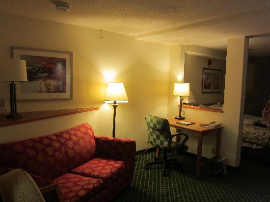 Fairfield Inn & Suites Wheeling-St. Clairsville, OH: Room 311 - Sitting area towards bedroom