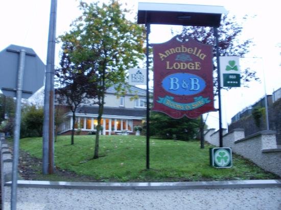 Annabella Lodge B&B: Go left at the sign to park