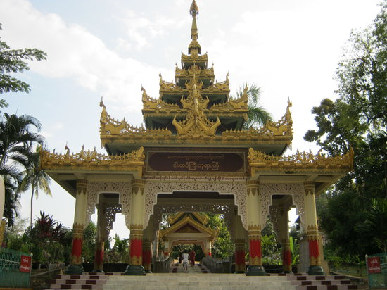 Nga Htat Gyi Pagoda: The main entrance into the pagoda