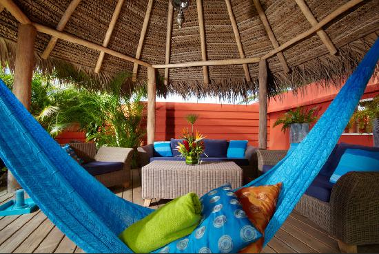 Boardwalk Hotel Aruba : Palapa Lounge Area