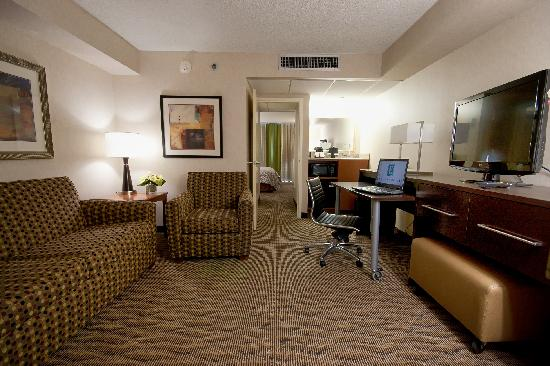 Embassy Suites by Hilton Oklahoma City Will Rogers Airport: Modern Reno Suite Parlor Room