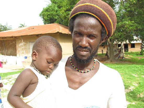 Campement Abeu Koum: the owner Bonis Diatta and his child