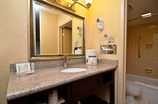 Quality Inn: Bathroom/Vanity area