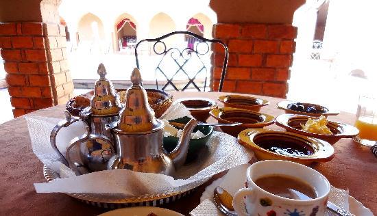 Riad Mamouche: プールサイドで朝食。オレンジジュースは、しぼりたて。