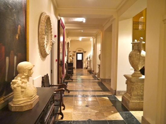 Restaurante La Veranda - Villa Padierna Palace Hotel: Just outside the bar heading to the Restaurant