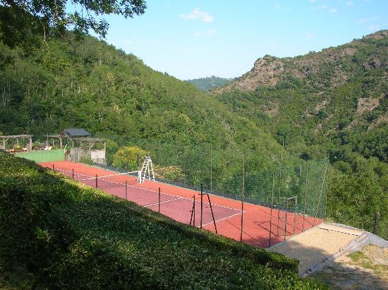 Gites de Thouy: Vue des Gîtes sur la vallée et le tennis