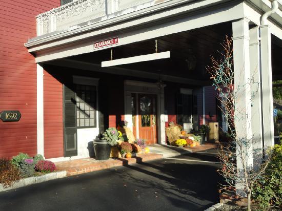 Dan'l Webster Inn & Spa: Front entry - seasonal decorations