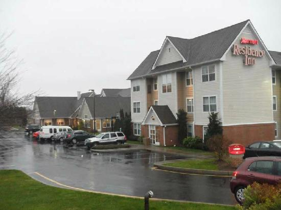 Residence Inn by Marriott Southington: The Residence Inn is just south of I-84 at Exit 30, very conveniently located.