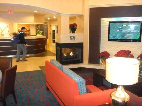 Residence Inn by Marriott Southington: The lobby features a nice fire place and clean, modern design.