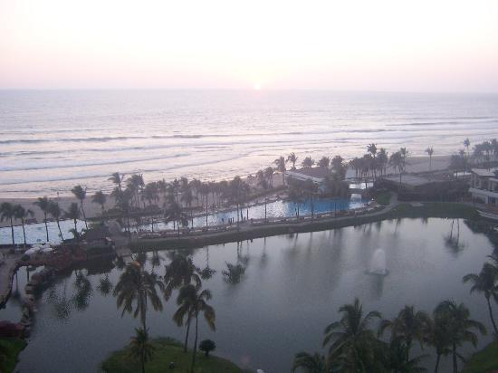 The Grand Mayan Acapulco: Not a great sunset over the Pacific