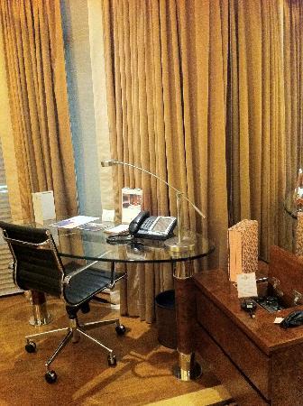 The Langham, Hong Kong: Schreibtisch