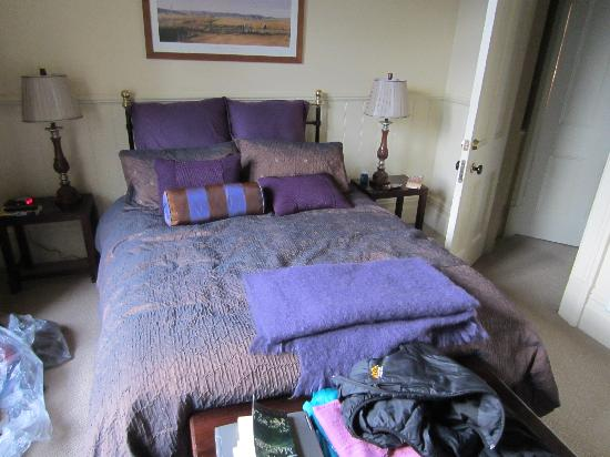 Lilac Rose Boutique Bed and Breakfast: Our purple bedroom