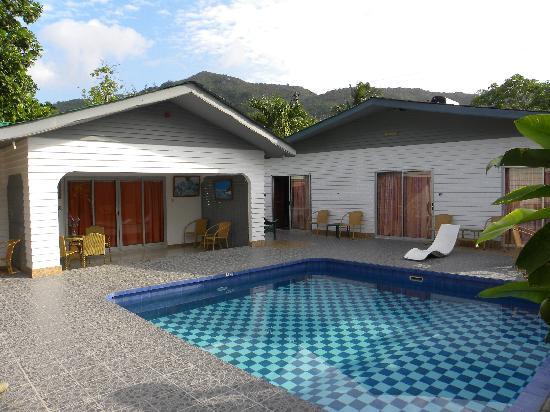 La Cuvette Hotel: La struttura con al centro la piscina