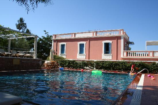 Metohi Georgila: View of the back of the villa from the pool