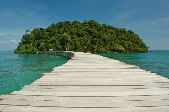 Song Saa Private Island: Walkway to the 'chillout' island!