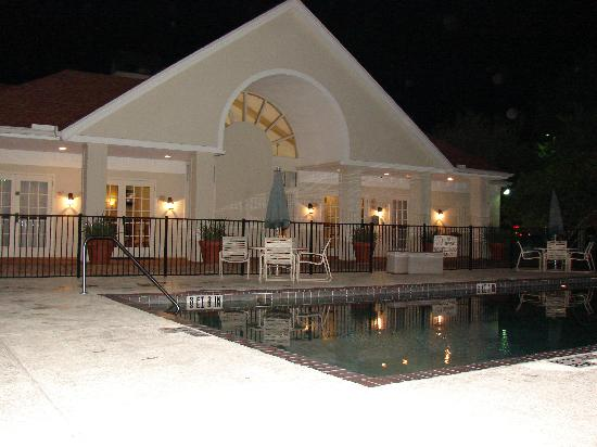 Hawthorn Suites By Wyndham Jacksonville: poolside at night