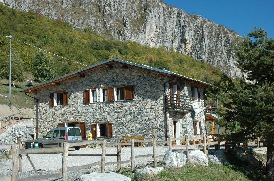 Caprauna, อิตาลี: Il rifugio è in pietra delle valli cuneesi