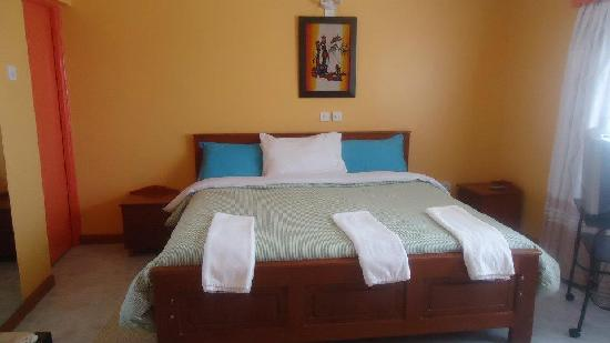 Watercrest Gardens: Large bedroom with ensuite bathroom