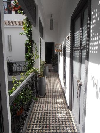 Les Jardins de Riad Laarouss:                   Pasillo visto desde cuarto                 