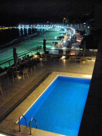 Arena Copacabana Hotel: Arena rooftop pool after dark