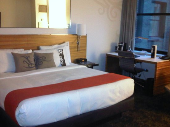 Hard Rock Hotel Chicago: Room - Bed and Desk