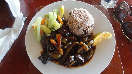 ‪‪Shields Negril Villas‬: Dinner at Kuyaba-  Brown stew chicken and rice & peas‬