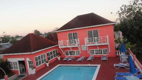 Shields Negril Villas: View of the hotel from the roof