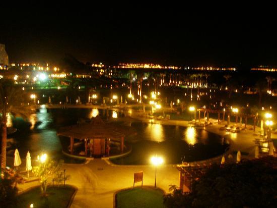 Movenpick Resort Taba Hotel : вечерний вид территории