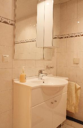 Badezimmer Fewo Rustikal Mit Dusche + Badewanne - Bild Von