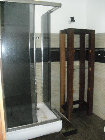 Lucky Tuna: 1st Floor bathroom