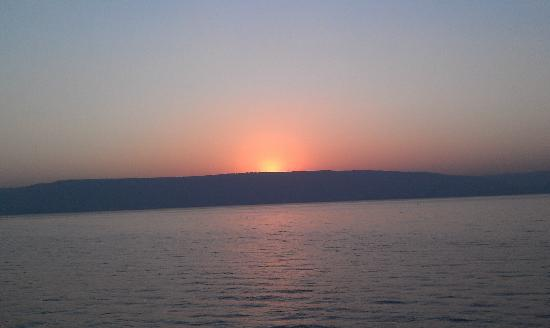 Gai Beach Resort Spa Hotel: Sunrise over the Sea of Galilee from the waterfront