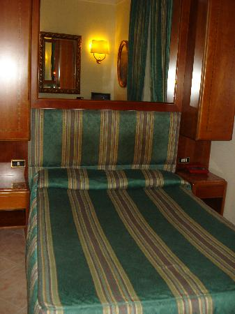 Hotel Luce: Cama. Los armarios son ésos que se ven.