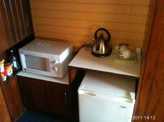 Indian Ocean Hotel: microwave, kettle pic