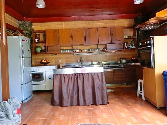 Aahh Bali Bed & Breakfast: Kitchen