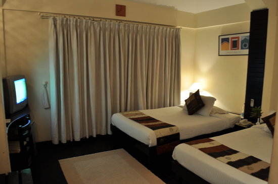 Sterling Suites - Langford Town: twin bed