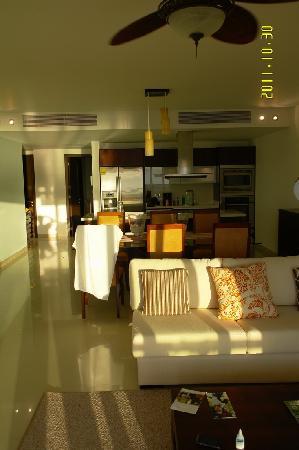 Pure Mareazul: гостинная с кухней