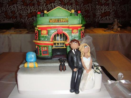 Walkabout Shepherds Bush : A couple meet at the Walkabout 10 years ago and this is their wedding cake, pretty cool!!!