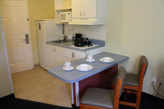 Suburban Extended Stay Hilton Head: Kitchen Area
