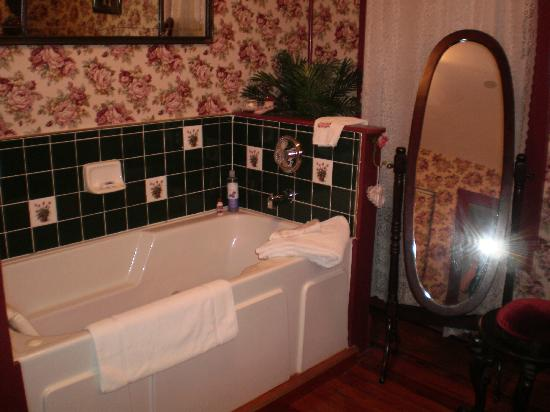 Alling House Bed and Breakfast: The beautiful bathroom in the Rose Room