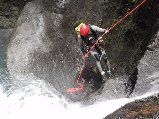 Extreme Dominica Canyoning & Adventure Tours: on rapel