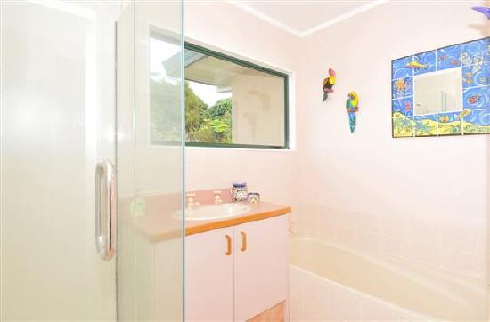 Aavalina Hills B&B: guest bathroom