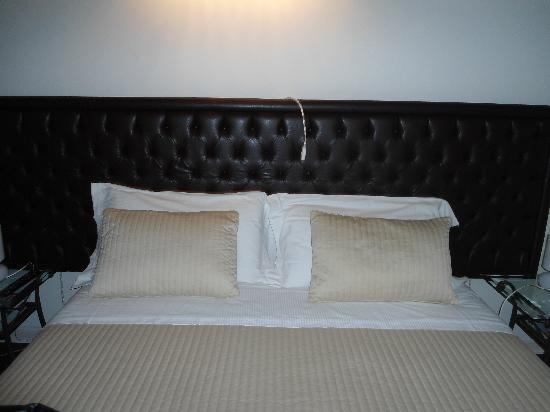 Dimora Novecento: Il letto della nostra camera.