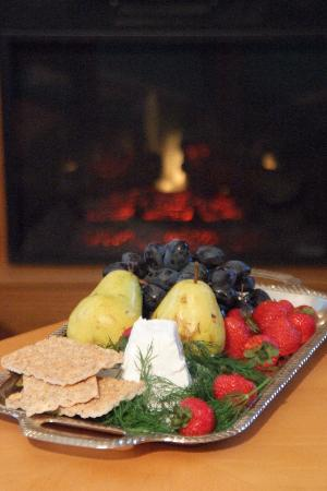 Harvest Moon Bed and Breakfast: A warm fire and a cheese platter